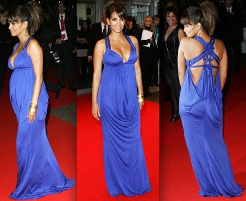 Беременная в платье из сине-черной парчи с жемчужными пуговками
