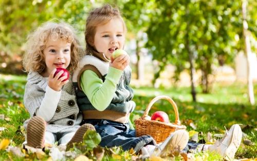 ребёнок с яблоками