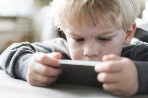 Нужно ли покупать ребенку телефон, компьютер?