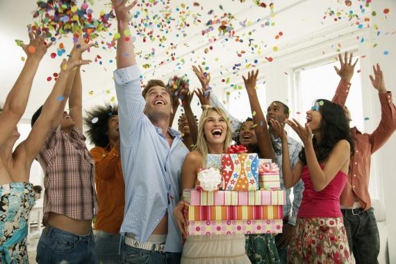 Что приобрести в подарок своему другу?