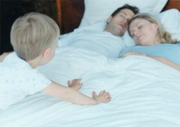 Что делать, если ребенок не хочет спать в своей кроватке.