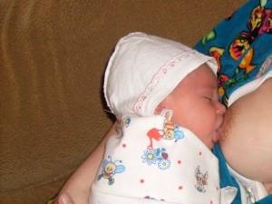 О процессе прикладывания к груди новорожденного ребенка